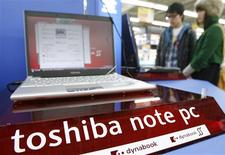 <p>Personas miran computadores portátiles de marca Toshiba en una tienda en Tokio, 29 ene 2009. Toshiba Corp dijo el jueves que planea bajar costos por 3.300 millones de dólares el próximo año fiscal mediante una reducción del gasto de capital y de trabajadores contratados, tras advertir que se encamina a su peor pérdida anual. REUTERS/Yuriko Nakao (JAPON)</p>