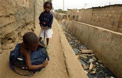 <p>Children play on the streets of Angola's capital Luanda in this file photo from July 2, 2006.REUTERS/Wayne Conradie</p>
