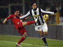 <p>Amauri, do Juventus (dir), briga pela bola com Francesco Pisano, do Cagliari. A Juventus rejeitou o pedido de convocação de Amauri pela seleção brasileira para o amistoso contra a Itália, informou no sábado o presidente do clube. REUTERS/Alessandro Garofalo (ITALY)</p>