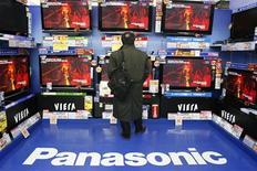 <p>Selon une source proche du dossier, Panasonic devrait accuser une perte annuelle nette équivalente à 3 milliards d'euros, son premier déficit en six ans, en raison de coûts de restructuration destinés à faire face à la baisse de la demande. /Photo prise le 28 janvier 2009/REUTERS/Yuriko Nakao</p>