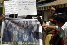 """<p>Residentes de Dharavi protestan contra los productores del filme """"Slumdog Millionaire"""" en Mumbai, 3 feb 2009. Decenas de residentes de un barrio pobre de Mumbai donde se filmó parte de """"Slumdog Millionaire"""" protestaron el martes contra el filme nominado al Oscar, lanzando insultos y golpeando imágenes del elenco y el equipo de producción con sus zapatos. REUTERS/Punit Paranjpe (INDIA)</p>"""