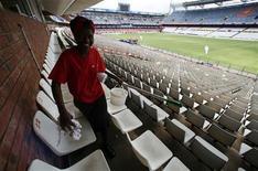 <p>Mulher limpa cadeira do estádio Loftus Versfeld, em Pretória, em novembro de 2008.REUTERS/Radu Sigheti</p>