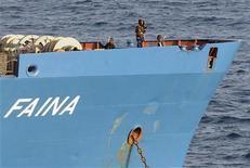 """<p>Сомалийские пираты находятся на борту захваченного судна """"Фаина"""" ,20 октября 2008 года Сомалийские пираты получили в среду выкуп в размере $3,2 миллиона за украинское судно """"Фаина"""" с 33 танками и отпустят судно в течение ближайших часов, сказал Рейтер на условиях анонимности человек, участвовавший в переговорах. REUTERS/Specialist 2nd Class Jason R. Zalasky-U.S. Navy/Handout (UNITED STATES)</p>"""