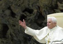 <p>Papa Benedetto XVI in una immagine di archivio REUTERS/Alessandro Bianchi</p>