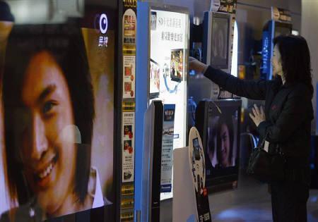 2月9日、大手電機メーカーの2010年3月期は大きな構造変化を強いられる展開が予想される。写真は台湾の家電量販店で売られる薄型テレビ。先月撮影(2009年 ロイター/Nicky Loh)