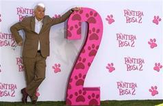 """<p>El actor estadounidense Steve Martin posa durante una sesión fotográfica para promocionar su nuevo filme """"The Pink Panter 2"""" en Madrid, 11 feb 2009. Imagínese al actor estadounidense Steve Martin con un traje de luces verde y con un antifaz del Zorro saltando por encima de las mesas de un banquete y tendrá una impresión de lo que se avecina con la secuela de """"La pantera rosa"""". REUTERS/Sergio Perez (espana)</p>"""