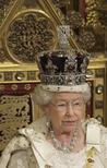 <p>La reina Isabel sentada en su trono durante una sesión del Parlamento en Londres, 3 dic 2008. Más de 30 años después de que mandase su primer correo electrónico, la reina Isabel de Inglaterra presentará el jueves una nueva versión de su página web que permitirá a sus súbditos seguir la pista de la familia real utilizando un mapa por internet. El sitio renovado www.royal.gov.uk ofrece la programación de actividades de la familia real en un mapa interactivo proporcionado por Google. REUTERS/Dominic Lipinski/Pool</p>