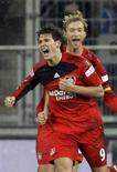 <p>O Bayer Leverkusen goleou o líder do Campeonato Alemão Hoffenheim por 4 x 1, nesta sexta-feira, com dois gols de Patrick Helmes, deixando a briga pelo título indefinida. REUTERS/Thomas Bohlen (GERMANY)</p>
