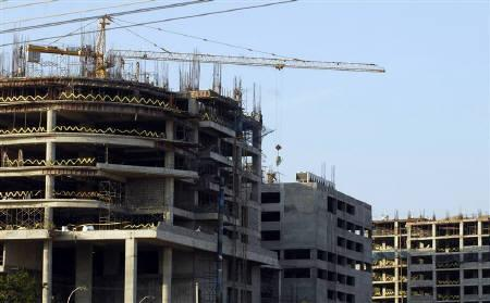 Labourers work at a construction site in Hyderabad in this November 24, 2008 file photo. India's real estate firms, reeling under a fund crunch and falling property values, got no relief from the interim budget announced on Monday, as the finance minister referred to previous measures for the sector. REUTERS/Krishnendu Halder