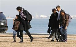 <p>Presidente dos EUA, Barack Obama, e a primeira-dama Michelle caminham ao lado das filhas Malia e Sasha e da mão de Michelle, Marian, em Chicago. REUTERS/Kevin Lamarque</p>