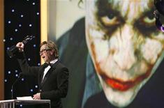 <p>Ator Gary Oldman recebe prêmio do sindicato dos atores de Hollywood em nome de Heath Ledger em Los Angeles. REUTERS/Mario Anzuoni</p>