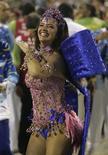 <p>Luma de Oliveira, rainha de bateria da Portela, samba durante a segunda noite de desfiles no Rio de Janeiro, na madrugada de terça-feira. REUTERS/Bruno Domingos</p>