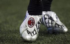 <p>Scarpe da calcio con il logo del Milan. REUTERS/Stefano Rellandini (ITALY)</p>