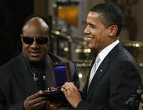 <p>President Barack Obama awards musician Stevie Wonder the Library of Congress Gershwin Prize at the White House in Washington February 25, 2009. REUTERS/Jim Young</p>