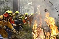<p>Vigili del fuoco al lavoro per spegnere un incendio REUTERS/Mick Tsikas</p>
