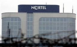 <p>L'équipementier de réseaux de télécommunications Nortel Networks, qui poursuit son activité sous la protection de la loi sur les faillites, publie une perte trimestrielle plus que doublée et un chiffre d'affaires en baisse de 15%. /Photo prise le 14 janvier 2009/REUTERS/ Mike Cassese</p>