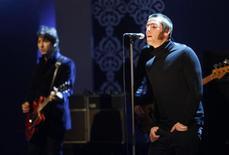 <p>Liam Gallagher (D), do Oasis, durante apresentação na Alemanha, em fevereiro. O grupo cancelou show na China devido à crise econômica mundial. REUTERS/Ina Fassbender (GERMANY)</p>