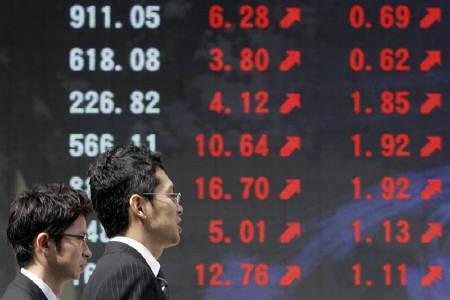 3月5日、午前の東京株式市場で日経平均は大幅続伸。写真は昨年9月、都内の株価ボード前で(2009年 ロイター/Yuriko Nakao)