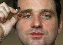 <p>Un regista canadese ha intenzione di impiantarsi una microcamera nel proprio occhio finto. REUTERS/Yves Herman (BELGIUM)</p>
