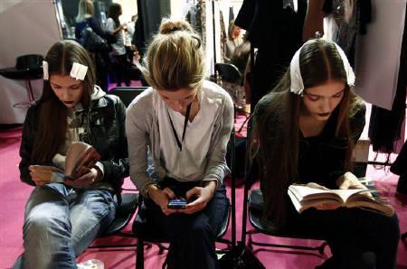 3月5日、英国人の3人に2人は、実際には読んでいない本も「読んだふり」をしていることが分かった。写真は先月、ロンドンで行われたファッションショーの舞台裏で本を読むモデル(2009年 ロイター/Alessia Pierdomenico)