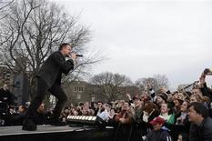 """<p>Bono, do U2, durante apresentação no programa """"Good Morning America"""", em Nova York. A banda percorrerá várias cidades para promover seu novo álbum """"No Line On the Horizon"""". REUTERS/Ida Mae Astute/ABC/Handout</p>"""