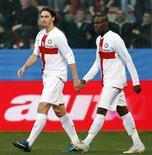 <p>Zlatan Ibrahimovic (esquerda) e Mario Balotelli durante partida da Internazionale de Milão contra o Genoa. Com gols dos dois jogadores, a Inter venceu por 2 x 0 e segue na liderança do Campeonato Italiano. REUTERS/Giampiero Sposito (ITALY)</p>