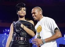 <p>Foto de archivo de los cantantes Chris Brown (der) y Rihanna durante el Jingle Ball de Z100 en Nueva York, 13 dic 2008. Chris Brown y Rihanna están grabando un dueto, que según se dice es una canción de amor, pese a que fiscales van a acusar al artista de un ataque violento contra su novia, informaron varias páginas de internet sobre famosos. REUTERS/Lucas Jackson</p>