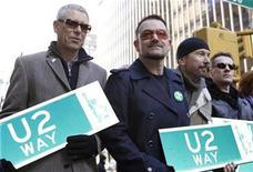 <p>Los miembros de la banda U2 sostienen letreros de una porción de la avenida West 53rd dedicada al grupo, en Nueva York, 3 mar 2009. La banda irlandesa U2 ofreció un preludio de su próxima gira internacional, con una breve presentación privada para 950 admiradores que también tuvieron la oportunidad de conversar con los integrantes del grupo. REUTERS/Gary Hershorn</p>
