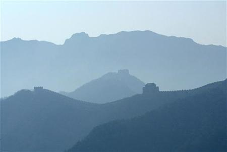 Smog engulfs the Great Wall of China on the outskirts of Beijing February 18, 2004. REUTERS/Andrew Wong