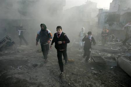 3月12日、イスラエル軍によるガザ攻撃によるパレスチナ側の死者が1434人に達したことが明らかに。写真は1月、空爆から逃げるパレスチナ人(2009年 ロイター/Mohammed Salem)
