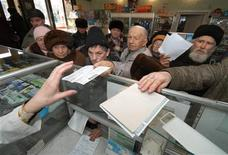 <p>Pensioners crowd a pharmacy to pick up their prescription medicine, in the far eastern city of Vladivostok January 17, 2007. REUTERS/Yuri Maltsev</p>