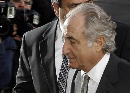 3月16日、巨額詐欺事件で起訴されたマードフ被告の財産を当局が没収する意向であることが明らかに。写真は12日、マンハッタン連邦地裁を出る同被告(2009年 ロイター/Shannon Stapleton)