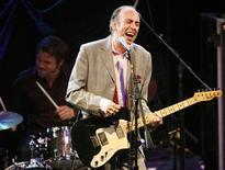 <p>Mike Jones, ex-guitarrista e vocalista da banda inglesa de punk rock The Clash, se apresenta com sua banda Carbon/Silicon, em Los Angeles. 23/04/2008. REUTERS/Mario Anzuoni</p>