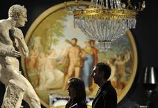 <p>Due persone guardano una copia in gesso dei Pugili di Antonio Canova, tra gli oggetti di Versace messi all'asta. REUTERS/Toby Melville (BRITAIN FASHION SOCIETY IMAGE OF THE DAY TOP PICTURE) ENTERTAINMENT)</p>