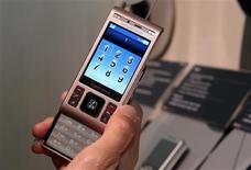 <p>Un combiné Cybershot C905 de Sony Ericsson. La coentreprise à 50/50 entre Sony et Ericsson prévoit que la faiblesse de ses ventes persistera au premier trimestre 2009 et anticipe sur cette période une perte avant impôt de l'ordre de 340 à 390 millions d'euros, hors une charge de restructuration évaluée à entre 10 et 20 millions d'euros. /Photo prise le 7 janvier 2009/REUTERS/Steve Marcus</p>