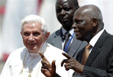 <p>President of Angola Jose Eduardo dos Santos speaks to Pope Benedict XVI (L) after the pope arrived in Luanda for the second leg of his trip to Africa March 20, 2009. REUTERS/Alessandro Bianchi</p>