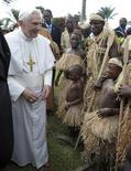 <p>El Papa Benedicto XVI saluda a un grupo de pigmeos Baka, antes de viajar a Angola, 20 mar 2009. Justo antes de dejar Camerún, el Papa se reunió con un grupo de pigmeos Baka, comunidad cazadora de la selva tropical del país. Llegaron hasta la embajada de el Vaticano en la capital Yaundé y le dieron la tortuga de aproximadamente 30 centímetros de largo. REUTERS/Osservatore Romano</p>
