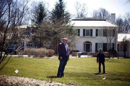 3月20日、米政府の救済を受けたAIGが幹部へ高額な賞与を支払った問題に怒ったコネティカット州の小政党が州内のAIG幹部の邸宅を回るバスツアーを計画。写真は21日、同州内にあるAIG幹部宅前で(2009年 ロイター/Eric Thayer)