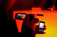 <p>Una presentazione di cellulari in un salone a Barcellona. REUTERS/Gustau Nacarino</p>