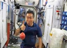 <p>El astronauta japonés Koichi Wakata saluda desde el interior de la Estación Espacial Internacional, 20 mar 2009. Adolescentes, ¿están cansados de avergonzarse por las preguntas acerca de cuándo fue la última vez que se cambiaron la ropa interior? REUTERS/NASA TV</p>
