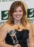 <p>A cantora norte-americana Kelly Clarkson com o prêmio Women's Entertainment, em Viena. 05/03/2009. REUTERS/Christian Bruna</p>