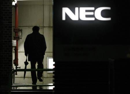 3月28日、NECが海外パソコン事業から完全撤退へ。写真は1月、都内の本社で(2009年 ロイター/Toru Hanai)