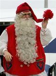 <p>Мужчина в костюме Санта Клауса в аэропорту Будапешта 5 декабря 2008 года. Правительство Финляндии в связи с мировым кризисом решило продать принадлежащий ему пакет акций парка Санта-Клауса в Лапландии местным инвесторам. REUTERS/Karoly Arvai</p>