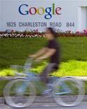<p>Google a lancé un service gratuit de téléchargement de musique en Chine basé sur le partage de recettes publicitaires avec les maisons de disques, alors que le piratage en ligne prend de l'ampleur. /Photo d'archives/REUTERS/Kimberly White</p>