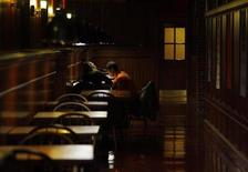 <p>Two Harvard University students meet in a dining area at the school in Cambridge, Massachusetts December 1, 2008. REUTERS/Brian Snyder</p>