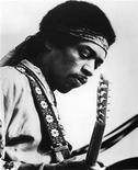 <p>Foto de archivo sin fecha del músico estadounidense Jimi Hendrix. Una grabación casera de Jimi Hendrix, que de acuerdo a sus dueños muestra el lado más suave del símbolo del rock de la década de 1960, será puesta a remate el próximo mes y se espera que alcance un precio entre 50.000 y 100.000 libras esterlinas (70.000 y 140.000 dólares). FSP/CM</p>