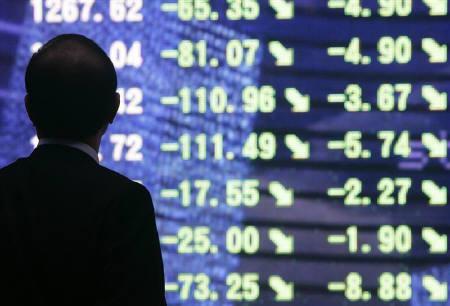 3月31日、株安/円安が進行。写真は昨年10月、都内の株価ボード前で(2009年 ロイター/Yuriko Nakao)