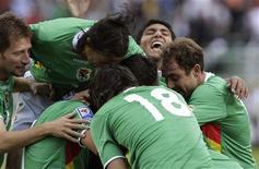 <p>Jogadores da Bolívia celebram gol em goleada de 6 x 1 na Argentina em La Paz, nesta quarta-feira, pelas Eliminatórias da Copa do mUndo de 2010. REUTERS/David Mercado</p>