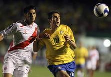 <p>O brasileiro Kaká luta pela bola com o peruano Carlos Zambrano nas eliminatórias da Copa do Mundo de 2010, em Porto Alegre. 01/04/2009. REUTERS/Edison Vara</p>