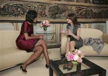 <p>La first lady Usa Michelle Obama mentre parla con la pemiere dame francese Carla Bruni-Sarkozy prima di un pranzo al Palazzo Rohan a Strasburgo. REUTERS/HO/Elysee Palace/Pool (FRANCE POLITICS)</p>